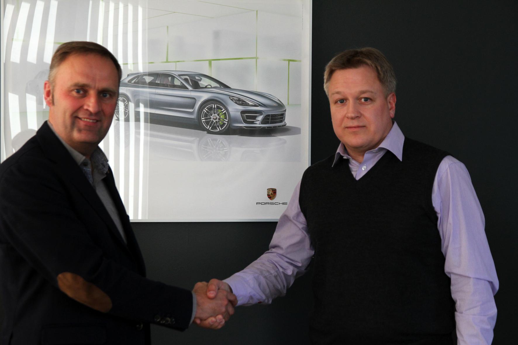 Eesti Ratsaspordi Liidu peasekretär ja Auto 100 juhatuse liige Janek Aavik lepingu sõlmimisel